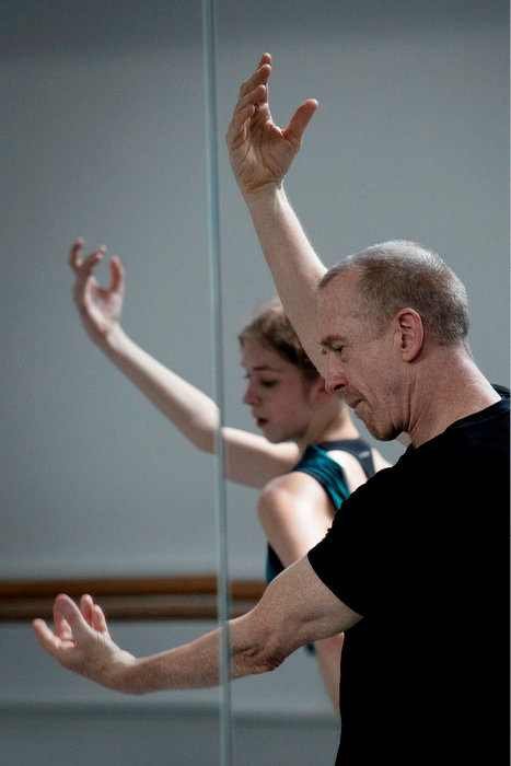 Le code Forsythe. Composer, décomposer, recomposer le mouvement. Ici, avec Léonore Baulac, étoile de l'Opéra de Paris.