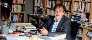 Alain Finkielkraut à son bureau.