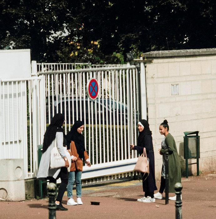 Compromis. Devant un lycée de Creil. La plupart des jeunes filles voilées disent respecter la loi sur l'interdiction du port du foulard à l'école: elles le retirent avant de franchir les grilles de leur établissement.