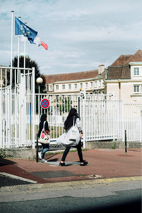 Des lycéennes devant leur établissement, à Creil.