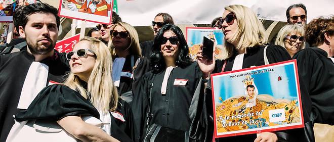 Les avocats protestent, le 13 septembre, contre la réforme des retraites à Paris. Ils étaient 10 000, selon les autorités, 20 000 selon les organisateurs, avec d'autres professions comme les pilotes de ligne.