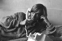 Françoise Sagan en séance de pose chez elle.