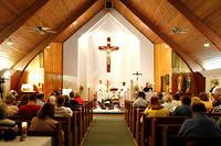 L'évêque Michael Bransfield célébrant en 2010 une messe à Montcoal en Virginie-Occidentale.