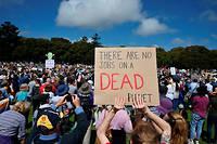 «Il n'y a pas d'emplois sur une planète morte», peut-on lire sur une pancarte du premier rassemblement de la journée, en Australie.
