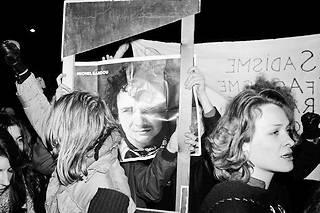 Une manifestation anti-Sardou dans les années 1970. À cette époque, le chanteur n'est pas le meilleur ami des féministes.