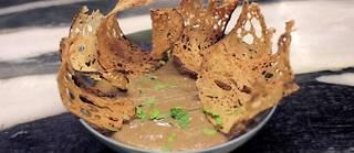Pour orner votre caviar d'aubergine, dispersez autour quelques toasts Melba.