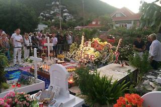 Rassemblement de fans de Johnny Hallyday autour de sa tombe le 5 décembre 2018, un an après son décès.