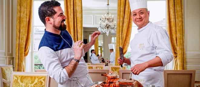 Le chef Olivier Peyronnet et Feng Xu, le maître canard de Quanjude, à Bordeaux.  ©Sebastien ORTOLA/REA