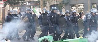 Parmi les personnes arrêtées figure un capitaine de police en poste au ministère de l'Intérieur. Hors service samedi, il manifestait dans la matinée lorsqu'il a été placé en garde à vue pour outrage et rébellion.