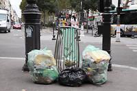 Installées sur la voie publique par la voirie de Paris, plus de 30 000 corbeilles de rue sont à la disposition des passants, comme cette poubelle débordant sur le boulevard de Clichy.