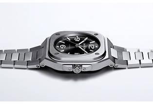 <p>Une montre BR05 chic et contemporaine taillée sur mesure pour le poignet des aventuriers urbains.</p>