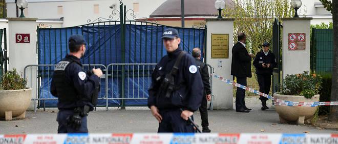 Seul à bord d'une CitroënC4, l'individu avait enfoncé le portail de la mosquée avant de projeter délibérément sa voiture contre la porte d'entrée de la salle de prière, vide à cet instant.