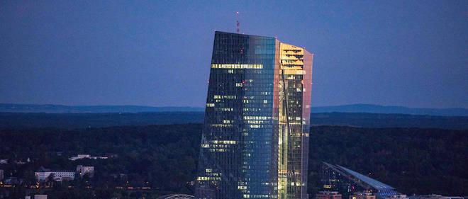 La BCE a abaissé pour la première fois depuis mars 2016 son taux «de dépôt» (porté de - 0,40 à - 0,50%), afin d'inciter les banques à prêter aux entreprises et aux ménages plutôt qu'à laisser dormir leurs liquidités à la banque centrale.