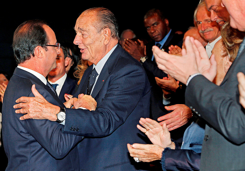 Proximité.  Jacques Chirac étreint François Hollande lors de la remise des prix de la fondation Chirac au musée du quai Branly, à Paris, le 21novembre 2013. L'amitié entre les deux hommes s'est renforcée en 2011, lorsque Chirac aannoncé son intention de voter Hollande àla présidentielle. Augrand dam deSarkozy, que Chiracdétestait, et qu'il surnommait «leMinuscule».