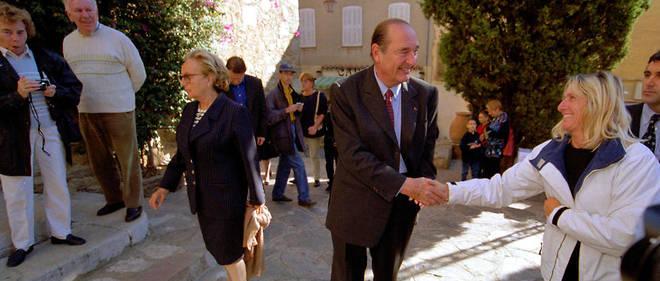 Le président de la République, Jacques Chirac, et son épouse Bernardette saluent les passants à leur arrivée pour la messe en l'église Saint-Trophyme, à Bormes-les-Mimosas le 05 novembre 2000.