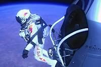 14 octobre 2012, un parachutiste de l'extrême s'élance dans le vide à une altitude de 39 km.  ©Jay Nemeth