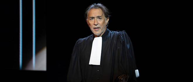 Richard Berry sur la scène du théâtre libre à Paris.