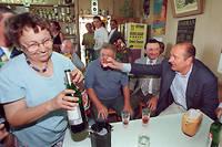 Le président de la République, Jacques Chirac, en week-end en Corrèze dans sa résidence de Sarran, porte un toast le 24 août 1997, dans le bar-épicerie du village, à l'issue de la messe à laquelle il a assisté en compagnie de Bernadette.
