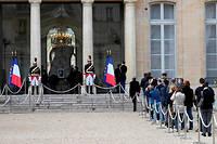 Des anonymes viennent signer le recueil de condoléances mis à leur disposition à l'Élysée.