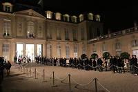 Des centaines de personnes ont fait la queue devant l'Élysée jeudi soir après la mort de Jacques Chirac pour venir signer un recueil de condoléances.