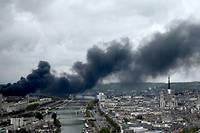 L'incendie de l'usine Lubrizol à Rouen, jeudi 26 septembre, a provoqué un gros panache de fumée et des retombées de suie aux alentours.