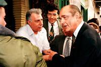 Jacques Chirac s'explique avec un agent de sécurité israélien lors de sa visite de la vieille ville de Jérusalem le 22 octobre 1996.