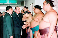 Jacques Chirac est reçu par des sumos à Fukuoka, dans l'ouest du Japon, le 21 novembre 1996.