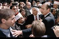 Le président Jacques Chirac un homme de la sécurité israélienne et marque sa colère lors de sa visite dans la partie arabe de Jérusalem le 22 octobre 1996.
