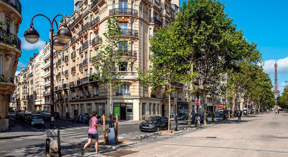 Ville lumière, ville monde. Avenue de Saxe, dans le 7earrondissement. Les prix de la capitale ont beau avoir triplé en seulement deux décennies, cela ne décourage pas pour autant les candidats à l'achat.