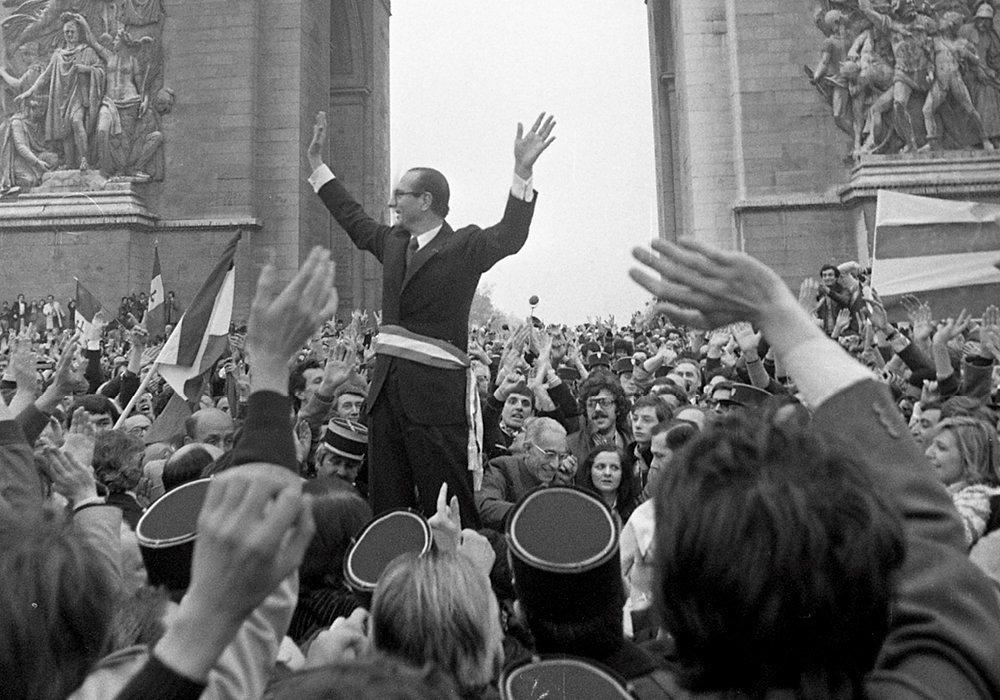 Triomphal.  Jacques Chirac fête son élection à la mairie deParis, le26mars1977. La capitale n'avait plus connu de maire depuis Jules Ferry, en1871. En place jusqu'en 1995, Jacques Chirac fait de l'hôtel de ville une forteresse du contre-pouvoir et y exerce ses ambitions électorales.