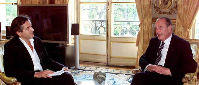 Bernard-Henri Lévy remet son rapport sur l'Afghanistan à Jacques Chirac le 3 avril 2002 à l'Élysée.