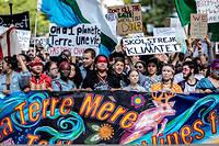 Selon les organisateurs, la manifestation de vendredi 27 septembre a rassemble pres d'un demi-million de personnes, du jamais-vu au Quebec, et l'une des plus grosses manifestations jamais organisees au Canada.