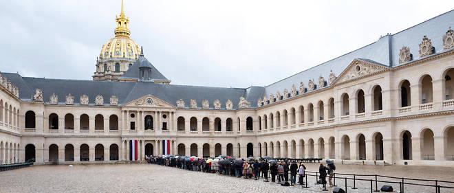 Des centaines de personnes sont venues rendre hommage à Jacques Chirac aux Invalides lors de l'hommage populaire dimanche 29 septembre, veille de la journée de deuil national.