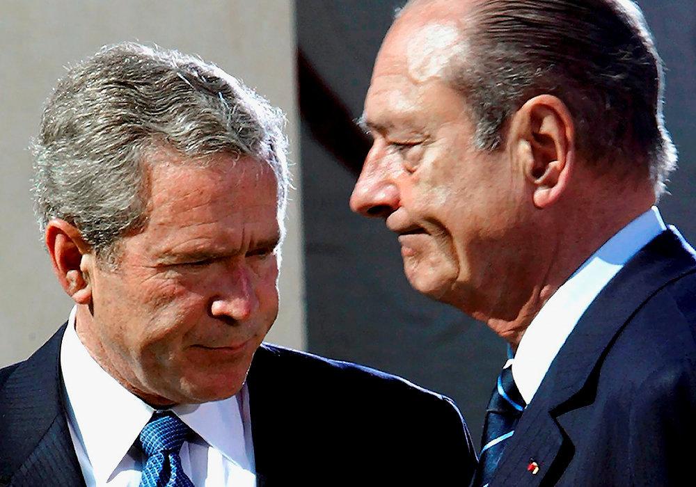 Frontière.  George W. Bush etJacques Chirac aucimetière militaire américain de Colleville-sur-Mer, le 6juin 2004, lors dela commémoration dudébarquement enNormandie. Deux ans plus tôt, lesrelations franco-américaines ont été mises à mal par lesambitions belliqueuses du président américain en Irak, auxquelles s'était fermement opposé son homologue français. Le 7février 2003, Jacques Chirac avaitnéanmoins prisl'initiative de renouer le dialogue. «Sans grande conviction», concédera-t-il dans lesecond tome deses Mémoires, en2011.