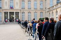Le public se presse à l'Élysée le 27 septembre 2019 pour rendre hommage à Jacques Chirac.