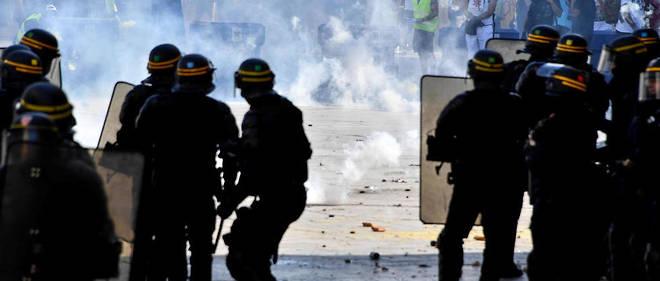 Des policiers pendant les manifestations des Gilets jaunes.