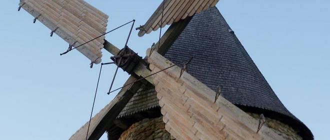 Au centre du vignoble, le moulin à vent restauré par les compagnons du devoir en 1981.