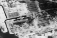 <p>Image transmise par la télévision française d'une vue prise par un satellite américain, le 30 avril 1986, de la région autour de la centrale nucléaire de Tchernobyl, après l'explosion du réacteur n°4, le 26 avril 1986.</p>