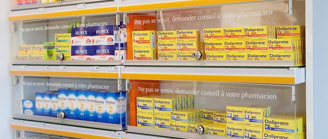 L'Agence nationale de sécurité du médicament souhaite que plusieurs produits vendus sans ordonnance soient rangés derrière le comptoir des pharmacies (illustration).