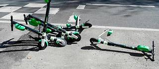 Des trottinettes abandonnées en plein Paris, une image désormais classique...