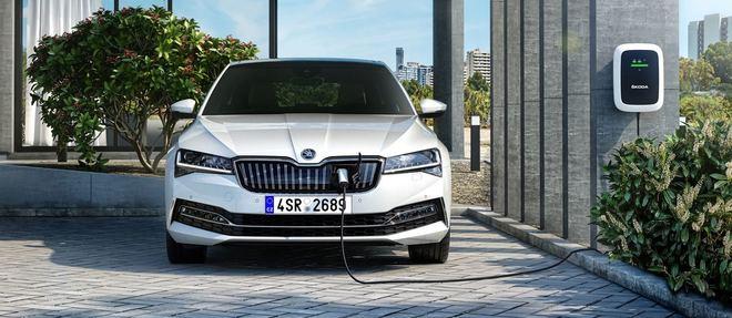 Hybride sur les trajets au long cours, la Skoda Superb iV peut être zéro émission au quotidien à condition d'être rechargée sur secteur.