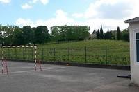 <p>La cour de l'école de Villeneuve, le 13 mai 2014, entourée de vignes. Depuis, les agriculteurs font plus attention et préviennent les riverains de leurs opérations d'épandage.</p>