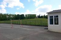 La cour de l'ecole de Villeneuve, le 13 mai 2014, entouree de vignes. Depuis, les agriculteurs font plus attention et previennent les riverains de leurs operations d'epandage.