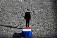 Emmanuel Macron aux Invalides face au cercueil de Jacques Chirac, le 30 septembre.
