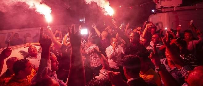 Les partisans du parti islamiste Ennahdha, qui revendique d'être en tête de ces législatives, crient leur joie à l'annonce des premières estimations.