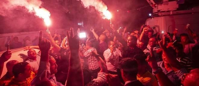 Les partisans du parti islamiste Ennahdha, qui revendique d'etre en tete de ces legislatives, crient leur joie a l'annonce des premieres estimations.