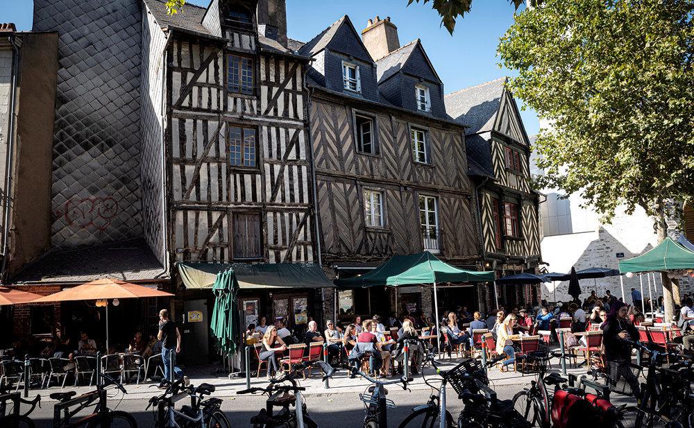 Caractère. Place Sainte-Anne au centre-ville. Dans le quartier historique, l'ancien a explosé sa cote: 3280€/m2, en moyenne.