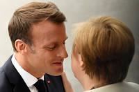 Emmanuel Macron fait la bise à Angela Merkel le 14 juillet 2019.