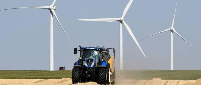 Champ d'éoliennes dans le centre de la France. Le territoire compte près de 8 000 éoliennes en fonction.