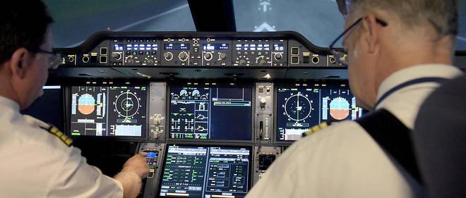 Des pilotes à l'entraînement dans un simulateur de vol. Le Syndicat national des pilotes de ligne prévient d'une grève dure si leur régime spécial de retraite est mis en cause par la réforme en cours.